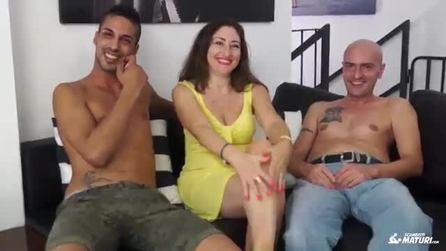 SCAMBISTI MATURI - Cum on tits for brunette Italian in her 40s having a MMF threesome