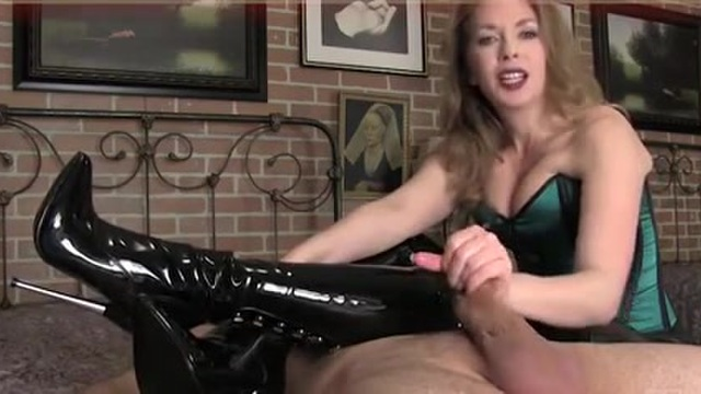 Jacking off with the woman in latex